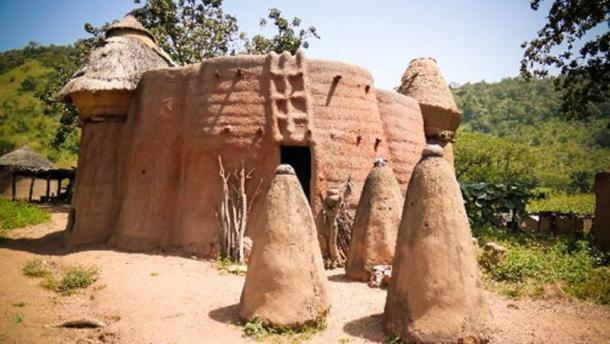 Pueblo Tammari tradicional de Tamberma en Koutammakou, la Tierra de Batammariba, región de Kara, Togo. (homocosmicos / adobe)