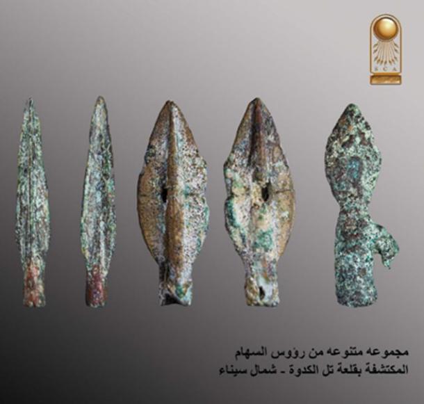 Puntas de lanza encontradas en el sitio de la fortaleza en Sinaí (Ministerio de Antigüedades)