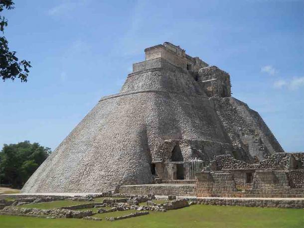 La Pirámide del Enano en Uxmal, Península de Yucatán, según la leyenda, fue construida en una sola noche por una deidad hechicera enana llamada Itzamna. (Adert / CC BY-SA 4.0)
