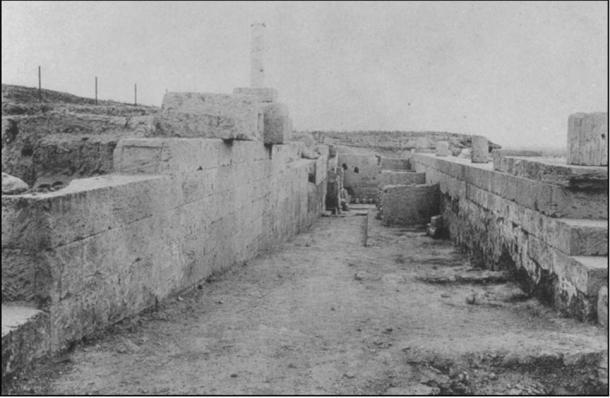 La rampa en el lado norte del Santuario de Asklepios en Corinto, mirando hacia el oeste hacia el Tribunal de Lerna (Fotografía tomada con permiso de Roebuck 1951: pl. 16.6 / Antiquity Publishers Ltd)