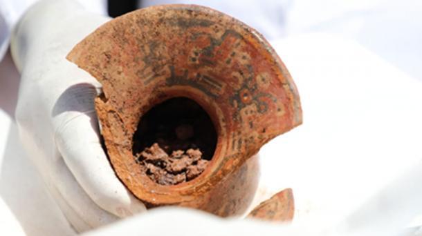 Recipientes desenterrados en el sitio en la ciudad de Tiwanaku, Bolivia. Fuente: Ministerio de Culturas y Turismo de Bolivia / Facebook.