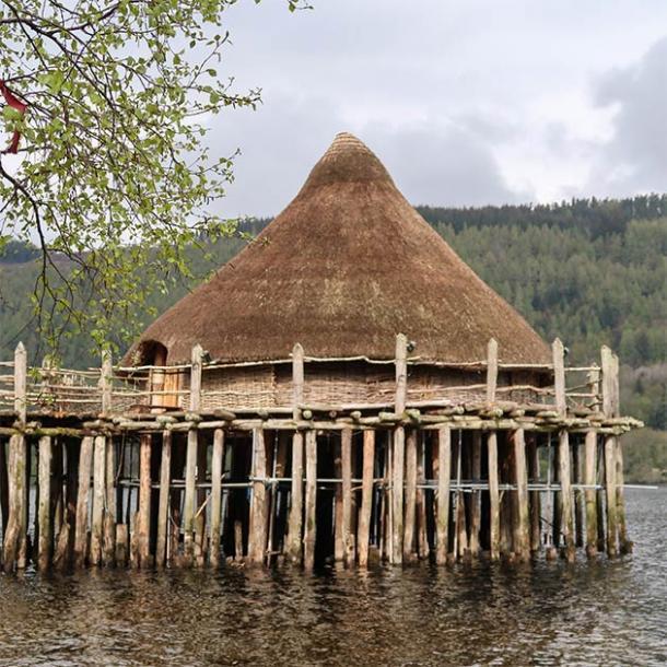 Una reconstrucción moderna de un crannog en Loch Tay (Scottish Crannog Center)