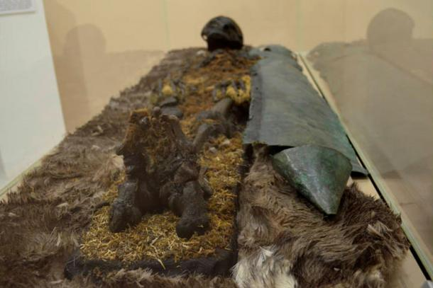 """""""Se halló a un hombre pelirrojo que estaba protegido desde los pies hasta el pecho por una coraza de cobre. En su lugar de descanso había un hacha de hierro, pieles, y una hebilla de bronce que llevaba un oso grabado."""