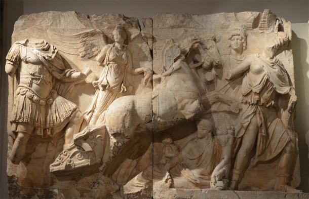 Friso en relieve del monumento parto que representa la apoteosis de Lucius Verus. Lucius Verus está representado en el carro de Helios conducido por Nike (Victoria) que lo conduce de la mano. (Carole Raddato / CC BY-SA 2.0)