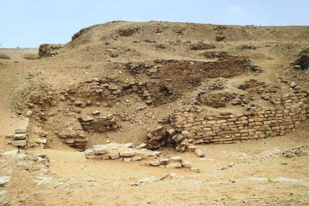 Los restos de la pirámide de Sekhemkhet, también conocida como la pirámide enterrada. (Abanico de cerámica / CC BY-SA 3.0)