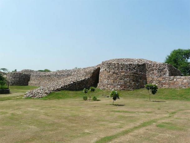 Los restos de los poderosos muros de Qila Rai Pithora (CC BY 2.0)