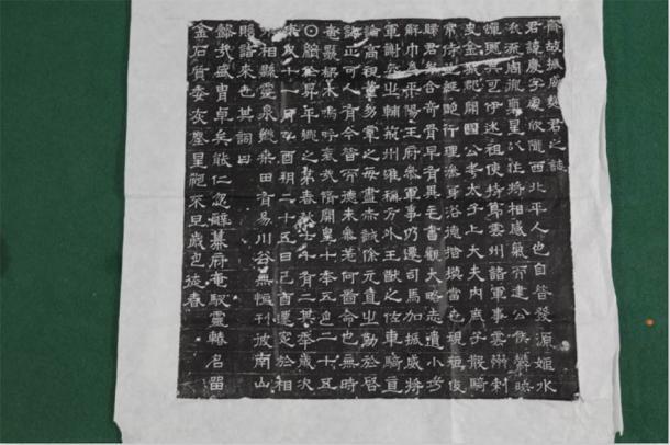 Entre los restos encontrados en la tumba china se encontraba un epígrafe totalmente legible. El antiguo epígrafe ofrece una historia escrita de la vida de los dos ocupantes de la tumba, una pareja con el nombre de Qu Qing. (Zhou HuiYing / China Daily)