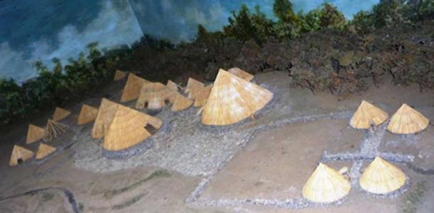 Representación de las casas circulares sobre cimientos de piedra. (Axxis10 / CC BY-SA 4.0)