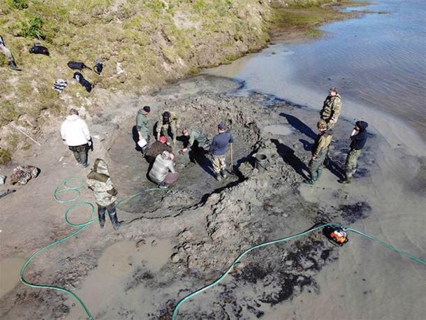 Investigadores a la vista donde se descubrieron los restos del mamut siberiano. (Imagen: Artem Cheremisov / Siberian Times)