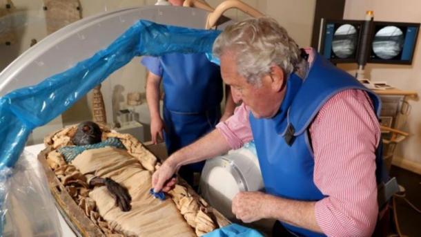 Investigadores que toman muestras para las pruebas de la momia egipcia de Irlanda, Takabuti. (Museo del Ulster, Belfast)