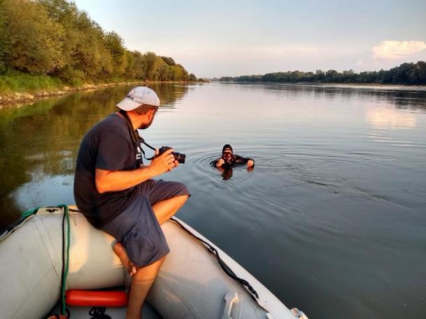 Investigadores a punto de bucear en el lugar del naufragio en el río Vístula en Polonia. (Podwodne wraki Warszawy)