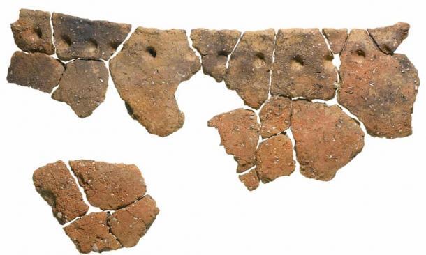 Los residuos encontrados dentro del recipiente de fondo redondo sugieren que se utilizó para procesar estofado de carne. Estos fragmentos fueron utilizados como parte de la nueva técnica de datación. (MOLA)