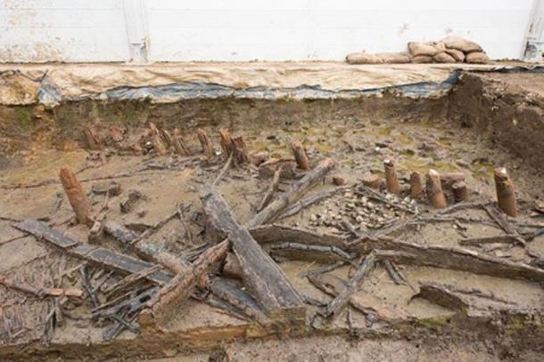 Restos de una casa en Must Farm que muestra los tocones sin quemar de los postes debajo de la línea de flotación durante el incendio (arriba a la derecha) y las viguetas colapsadas (abajo a la izquierda). (Dr. Colleen Morgan)