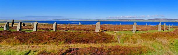 El Anillo de Brodgar con el Lago de Harray en el fondo en el continente, las Islas Orcadas, Escocia. (Stock de Manel Vinuesa / Adobe)
