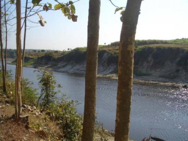 Rio por Ngandong, incluidas las terrazas de ríos expuestos en la orilla lejana. (Copyright Kira Westaway)
