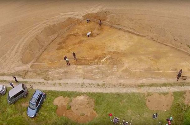 Excavaciones en el sitio ritual. (chojna24.pl / YouTube)