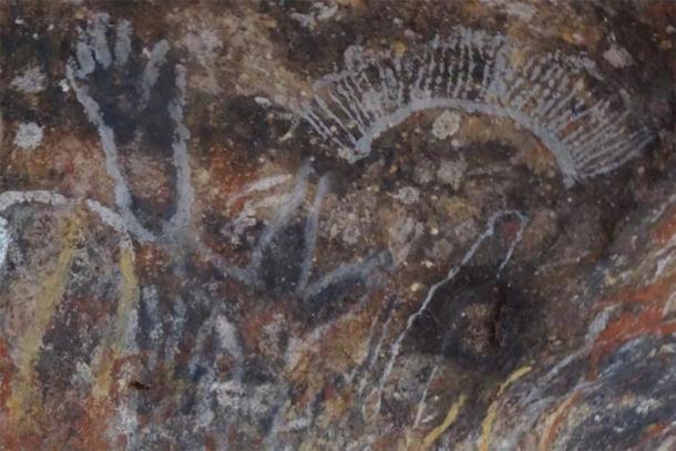 El arte rupestre aborigen en Uluru que cuenta historias de creación (en la foto antes del daño). (Emma Haskin / ABC)