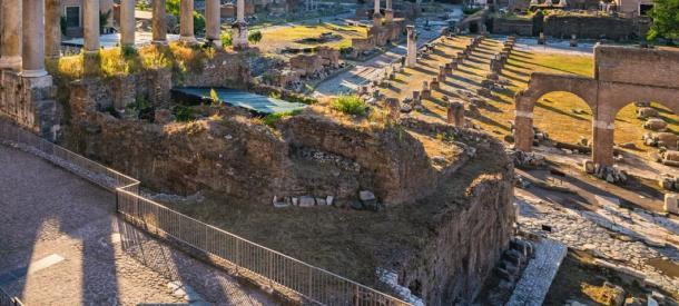 El sarcófago de roca encontrado en lo que se cree que es la tumba de Rómulo fue descubierto enterrado debajo de la escalera de entrada a la curia. (Noppasinw / Adobe Stock)