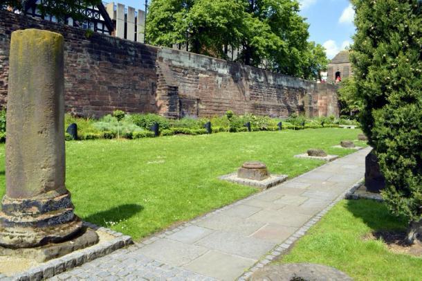 Muralla romana y ruinas en Chester, Inglaterra. Crédito: Peter / Adobe Stock