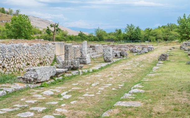 Calzada romana a través de Alba Fucens con ruinas y muralla original (e55evu/ Adobe Stock)