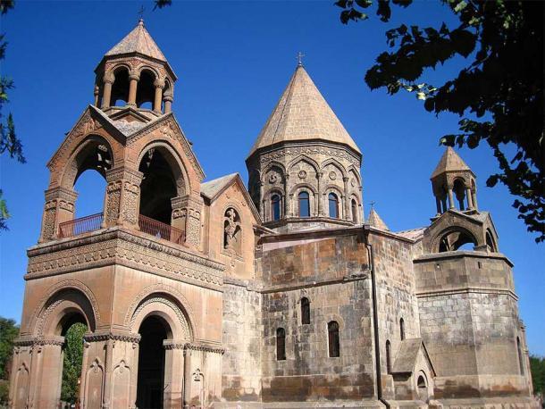 En muchos sentidos, el tema definitorio de la dinastía Mamikonian fueron sus raíces cristianas y su oposición al zoroastrismo sasánida. La catedral de Etchmiadzin, una de las iglesias más antiguas de Armenia, todavía se encuentra en la ciudad santa de Ejmiatsin en Armenia. (Carnicero / CC BY 3.0)