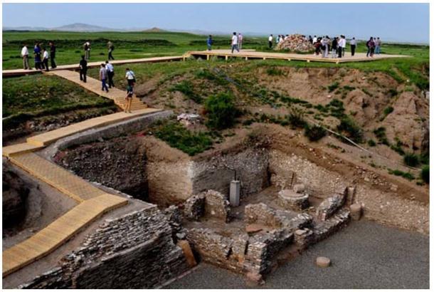 Turistas usando el nuevo paseo entablado para acercarse a las ruinas residenciales del yacimiento de Xanadú.