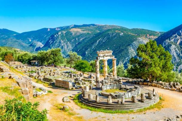 Ruinas del templo de Atenea Pronaia en Delfos, Grecia (dudlajzov / Adobe Stock)