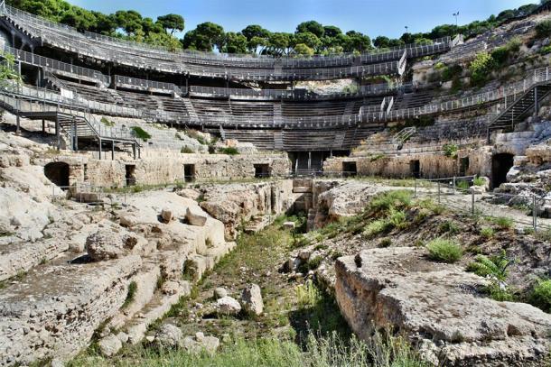 Las ruinas y pasillos antiguos del anfiteatro (murasal / Adobe Stock)