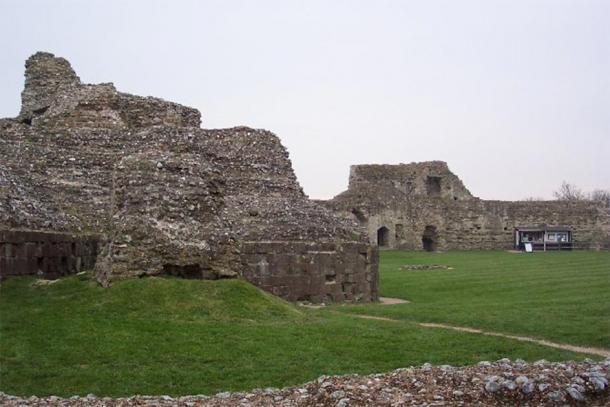 Ruinas en el castillo de Pevensey. Los normandos utilizaron el fuerte para su campamento nocturno antes de la Batalla de Hastings y poco después construyeron el castillo (visto aquí) en un rincón del fuerte. (CC BY-SA 2.0)