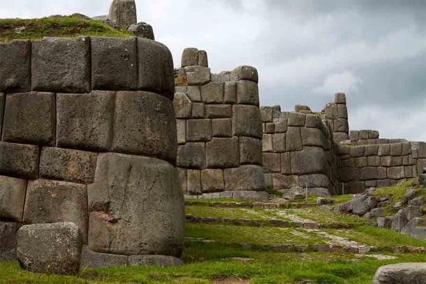 """Las ruinas del templo fortaleza inca de Sacsaywamán, que significa """"Halcón contento"""" en quechua. El perímetro defensivo de este templo y otros sistemas de defensa incas a menudo utilizaban bloques de piedra gigantes como estos, algunos de los cuales pesan más de unas pocas toneladas (miles de kilogramos). ¡El bloque de piedra Inca más grande jamás registrado pesaba 70 toneladas o alrededor de 70.000 kg! (McKay Savage de Londres, Reino Unido / CC BY 2.0)"""