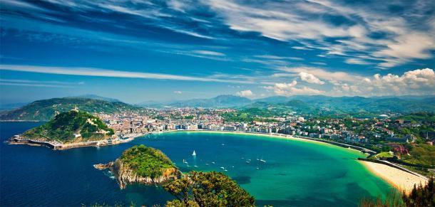 Disparo desde San Sebastián en la actualidad País Vasco. (Horváth Botond / Adobe stock)