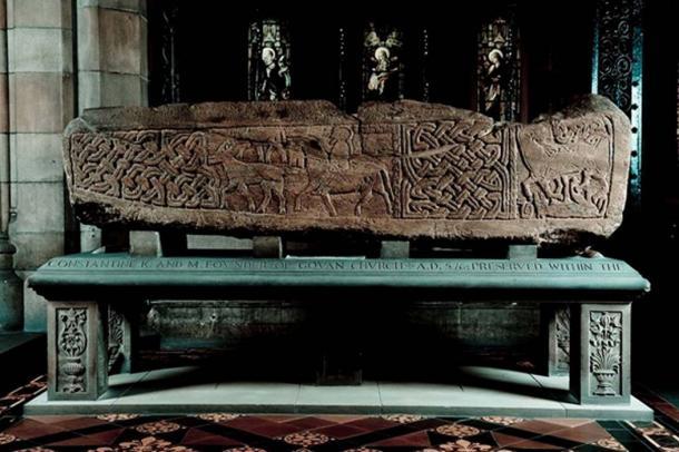 Sarcófago en la iglesia parroquial de Govan. Muestra un jinete. (Las piedras de Govan)