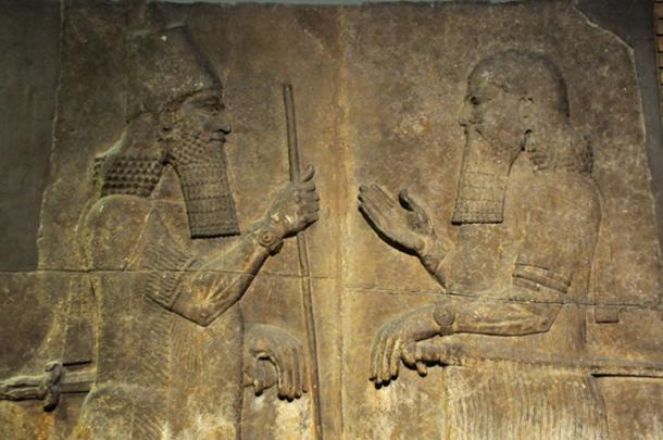 Sargón II, a la izquierda, gobernante de Dur-Sharrukin, se enfrenta a un oficial de alto rango, posiblemente a su hijo Sennacherib y al príncipe heredero, 710-705 a. (Neuroforever / CC BY-SA 4.0)