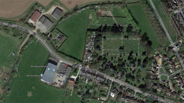 Una vista satelital del sitio donde se encontraron los esqueletos, en una granja cerca de un cementerio (centro superior). (Mapas de Google)
