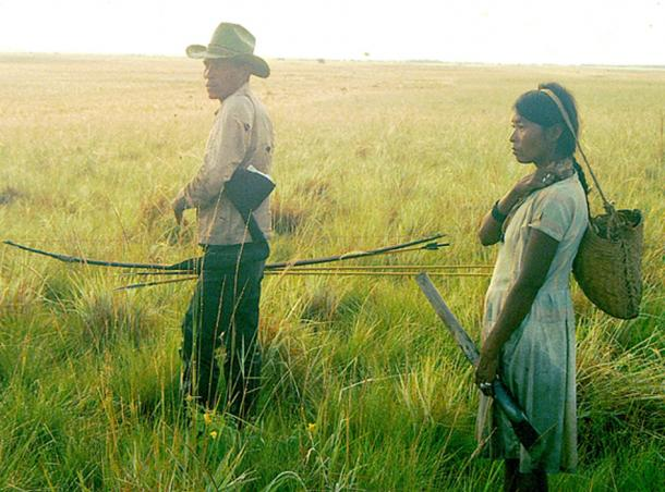 Savanna Pumé pareja en un viaje de caza y recolección en los llanos de Venezuela. Mientras el hombre caza y la mujer se reúne, ¿eso denota una sociedad igualitaria? (Ajiimai / CC BY-SA 4.0)
