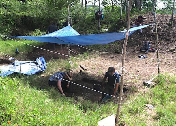 Schroder (izquierda) y Scherer (derecha) excavan en el juego de pelota que encerraron con una cerca para mantener alejadas a las vacas entrometidas. (Imagen: Charles Golden)