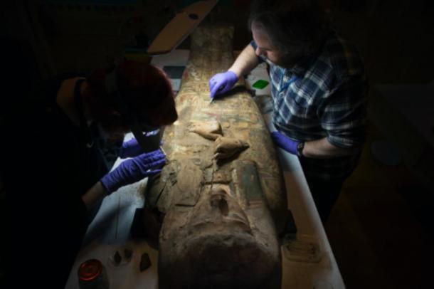 Los arqueólogos escoceses examinan el antiguo sarcófago de momia egipcia. (Museo y Galería de Arte de Perth / Cultura Perth y Kinross)