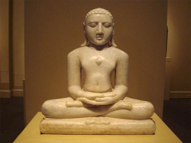 Escultura de piedra blanca de Rishabhanatha (otro nombre para Adinathudu), el primero de veinticuatro Tirthankara, o maestros espirituales, del jainismo. (CC BY-SA 2.5)