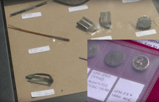 Se encontraron varios artefactos, incluyendo monedas, en el sitio de la antigua ciudad romana. (Daily Mail / captura de pantalla de YouTube)