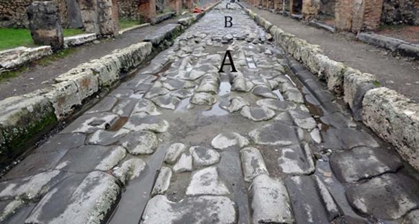 """Se formaron surcos profundos en las calles pavimentadas de Pompeya cuando los carros erosionaron las piedras: """"A"""" muestra un área de la calle con surcos profundos; 'B' muestra un área con reparaciones; La sección """"C"""" muestra otra sección profundamente surcada. (Eric Poehler / Uso Justo)"""
