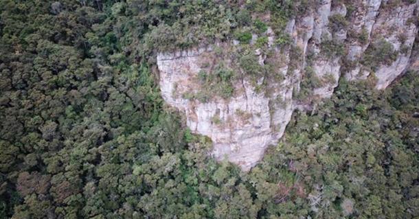 Se usaron drones para escanear el acantilado y el área boscosa circundante