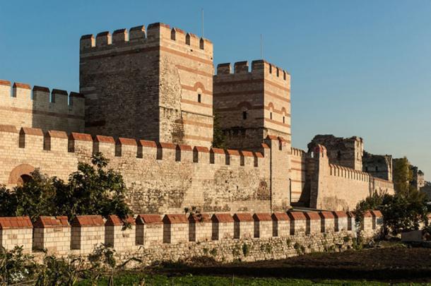Sección de la estructura de tres paredes existente (restaurada) que una vez protegió a Constantinopla. (dinosmichail / Adobe)