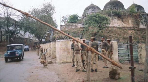 Las fuerzas de seguridad desplegadas fuera del sitio en disputa en Ayodhya antes del veredicto de la Corte Suprema en el caso. (India Today)