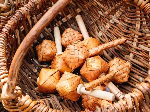 Sonajeros Sharkunok Russian para bebés hechos de corteza de abedul tejida con semillas en su interior. Un antiguo juguete natural ecológico. (Konstantin Aksenov / Adobe Stock)