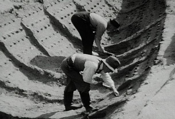 Excavación de 1939 del barco funerario, en el que se basa la película Sutton Hoo. (Harold John Phillips / Dominio público)