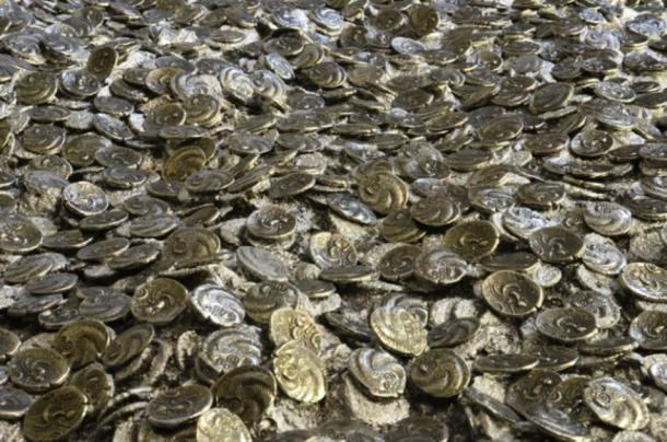 Monedas de plata / oro romanas y celtas desenterradas en el sitio de excavación en Jersey. (Jersey Heritage)