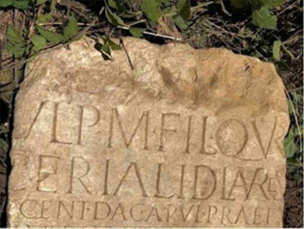 Lado del artefacto romano serbio robado que muestra la inscripción romana. (Museo Nacional de Belgrado)