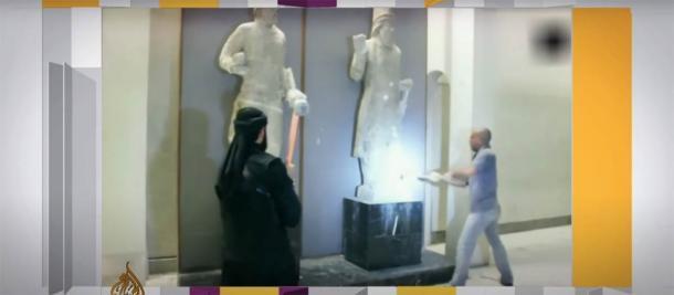 Soldados de ISIS en el Museo de Mosul destruyendo antiguos artefactos de Nínive con mazos en 2015 (Aljazeera / Captura de pantalla).