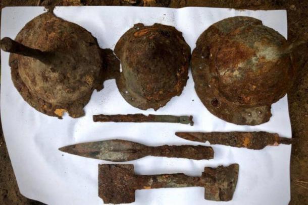Puntas de lanza, cascos y otros artículos encontrados en el lugar de entierro germánico en Kostrzyn, Polonia, a principios de este año. (Asociación Histórica y Cultural de Tempelburg y Museo de la Fortaleza de Kostrzyn)