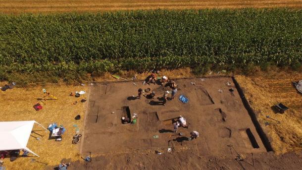 Las puntas de lanza y una espada de un solo filo fueron desenterradas durante excavaciones recientes en un cementerio en Bejsce. (J. Bulas)